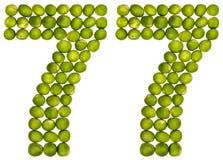 Arabiskt tal 77, sjuttiosju, från gröna ärtor som isoleras på w Arkivbilder