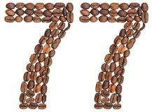 Arabiskt tal 77, sjuttiosju, från kaffebönor som isoleras på Arkivfoto