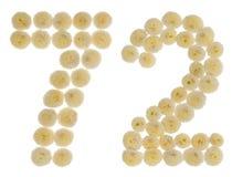 Arabiskt tal 72, sjuttiotvå, från kräm- blommor av chrysanthe Arkivfoto
