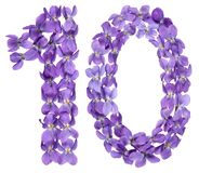 Arabiskt tal 10, tio, från blommor av altfiolen som isoleras på vit Arkivfoto