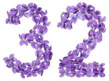 Arabiskt tal 32, trettiotvå, från blommor av altfiolen, isolerade nolla Royaltyfri Foto