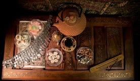 Arabiskt te i exponeringsglas med östliga mellanmål på tappningträyttersida Östligt tebegrepp Låg ljus vardagsrum som är inre med arkivfoto