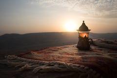 Arabiskt te i exponeringsglas på en östlig matta Östligt tebegrepp Armudu traditionell kopp baltisk havssolnedgång för bakgrund S arkivbild