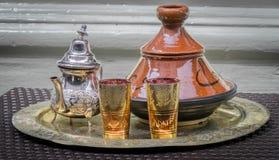 Arabiskt te och Tagine Arkivbilder
