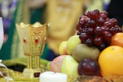 Arabiskt traditionellt bröllop: Frukt och guld- rökelsekar-/doftgasbrännare Arkivfoton