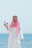 Arabo con footbal alla spiaggia Immagini Stock Libere da Diritti
