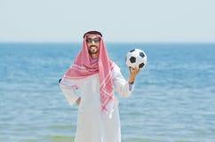 Arabo con footbal alla spiaggia Fotografia Stock Libera da Diritti