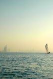 Arabo di Al di Burj e del Dhow nel golfo immagine stock libera da diritti