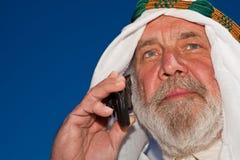 Arabo maggiore bello sul telefono Immagine Stock Libera da Diritti