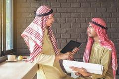 Arabscy Biznesowi Doradczy spotkania dwa ludzie opowiada biznesów wi zdjęcie royalty free