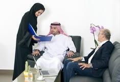 Arabscy ludzie biznesu spotyka obcokrajowów w biurze obraz royalty free