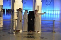 Arabscy mężczyźni i kobiety bierze selfie zdjęcie stock