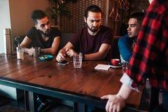 Arabscy przyjaciele dyskutują ich rozkaz z kelnerką w restauraci Kawiarnia, restauraci gościnność i usługa i obrazy stock