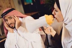 Arabska żona przy przyjęciem terapeuta wrzaski zdjęcie royalty free