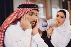 Arabska żona przy przyjęciem terapeuta wrzaski obraz royalty free