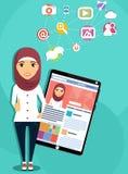 Arabska dziewczyna z pastylka komputerem Obrazy Royalty Free