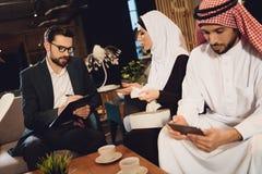 Arabska kobieta odpowiada pytania psycholog zdjęcia royalty free