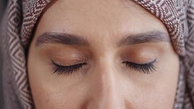 Arabska kobieta otwiera jej ciemnych oczy, ekstremum w górę widoku widok zdjęcie wideo