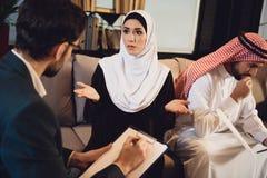 Arabska kobieta przy przyjęciem z psychologiem fotografia stock