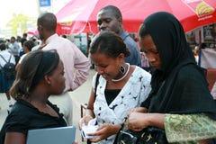 Arabska kobieta, tutejsi mieszkanowie Dar es Salaam komunikuje outdoo Zdjęcie Royalty Free