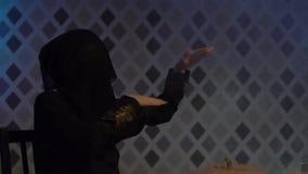 Arabska kobieta w abaya tanach, świętuje Halloween z strasznymi śmiesznymi baniami Czarownica czaruje, dotyki, sztuki z zdjęcie wideo
