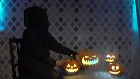Arabska kobieta w abaya tanach, świętuje Halloween z strasznymi śmiesznymi baniami Czarownica czaruje, dotyki, sztuki z zbiory wideo