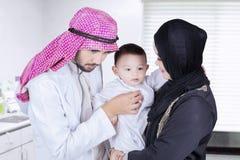 Arabska lekarka z jego pacjentem w klinice Obraz Royalty Free
