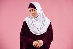 Arabska młoda kobieta w hijab jest przyglądającym puszkiem obraz royalty free