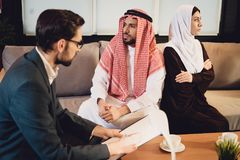 Arabska para małżeńska w bełcie przy psychologiem obrazy royalty free