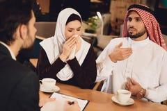 Arabska para pije kawę przy terapeuta przyjęciem obraz stock
