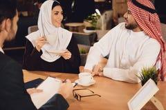 Arabska para pije kawę przy terapeuta przyjęciem obrazy stock