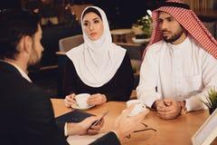 Arabska para pije kawę przy terapeuta przyjęciem fotografia royalty free