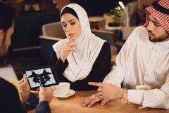 Arabska para przy przyjęciem rodzinny terapeuta Zdjęcie Stock