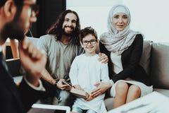 Arabska rodzina przy przyjęciem w psychoterapeuty biurze fotografia royalty free