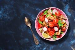 Arabska sałatka świezi warzywa z chlebowym Fattoush na błękitnym tle Odgórny widok, kopii przestrzeń obrazy stock