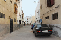 Arabska ulica z parking samochodami na righside droga, Agadir, Maroko Fotografia Stock
