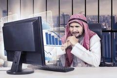 Arabski biznesmen i opadający wykres w biurze Zdjęcie Royalty Free
