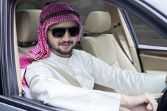 Arabski biznesmen jedzie samochód Obrazy Stock