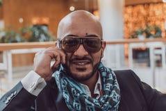 Arabski biznesmen opowiada na telefonie komórkowym zdjęcie stock