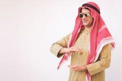 Arabski biznesmen szeroko rozpościerać ręka dla urzeczywistnienia Zdjęcie Royalty Free