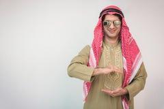Arabski biznesmen szeroko rozpościerać ręka dla urzeczywistnienia Obraz Royalty Free