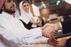 Arabski biznesmen trząść ręki z partnerem zdjęcia stock
