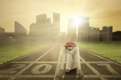 Arabski biznesmena klęczenie na liczbach 2017 Zdjęcia Stock
