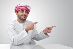 Arabski biznesowy mężczyzna wskazuje jego dotyka odosobnionego Fotografia Royalty Free