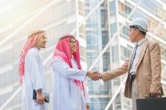 Arabski Biznesowy uścisk dłoni i ludzie biznesu na miasta tle Zdjęcia Stock