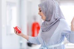 Arabski bizneswoman z zegarem jest opóźniony będący ubranym hijab Zdjęcia Stock