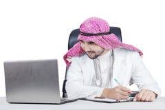 Arabski doktorski patrzeje laptop Obraz Stock