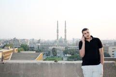 Arabski egipski młody biznesmen opowiada z telefonem zdjęcia stock