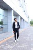 Arabski facet w centrum biznesu stojaków ono uśmiecha się chodzący zwalnia Fotografia Stock