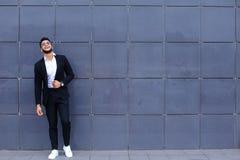 Arabski facet w centrum biznesu stojaków ono uśmiecha się chodzący zwalnia Zdjęcie Stock